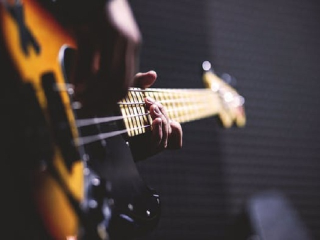 Man som spelar elgitarr